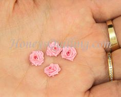 How to make a TINY paper quilled rose - free tutorial from Honey's Quilling Quilled Roses, Paper Quilling Flowers, Quilling Paper Craft, Paper Roses, Paper Crafting, Paper Quilling Earrings, Quilling Comb, Neli Quilling, Quilling Instructions