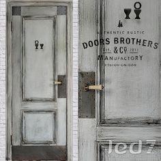 Дверь Лофт #6  Дверь Doors Brothers из коллекции #Лофт изготовлена из массива дерева.  Окрашена, состарена, имеет винтажную обработку и матовый лак.  Стилизована металлическими накладками с состаренными клепками и винтажной ручкой цвета слоновой кости.