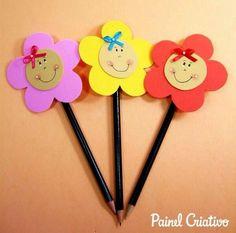 Utiliza foamy o goma eva para decorar lapices y usarlos como obsequios en fiestas o eventos escolares. Los lápices son artículos muy económ... Pencil Topper Crafts, Pencil Crafts, Pencil Toppers, Paper Crafts For Kids, Foam Crafts, Diy Arts And Crafts, Craft Activities, Preschool Crafts, Felt Patterns