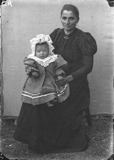 Carona. Ritratto di donna con bambino sulle ginocchia