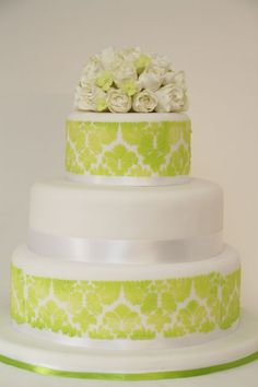 Hochzeitstorte elegant grün weiß Damaskmuster Rosen