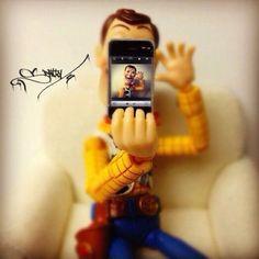 iPhoneで自分撮りするウッディ... もし、フィギュアの世界にアップルがあったら【ギャラリー】03