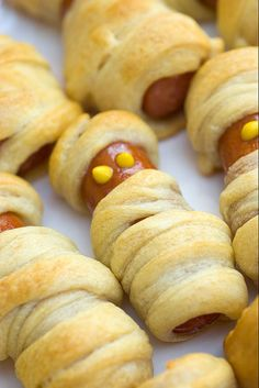 Dinner on Halloween: Spooky little mummies made from hot dogs wrapped in crescent rolls (a. pigs in a blanket dressed up for Halloween). Easy, fun treats for Halloween parties for kids or serve as appetizers for grown up parties. Halloween Tipps, Halloween Snacks For Kids, Healthy Halloween Treats, Holiday Treats, Holiday Recipes, Halloween Parties, Halloween Appetizers For Adults, Halloween Ideas, Halloween Recipe