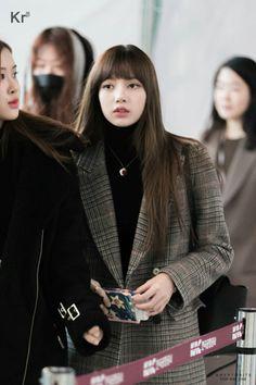 Lisa at Gimpo Airport Blackpink Fashion, Minimal Fashion, Korean Fashion, Winter Fashion, Womens Fashion, Kim Jennie, Jenny Kim, Yg Entertainment, South Korean Girls