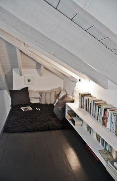 Un coin lecture sous une mezzanine