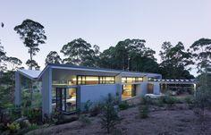 the Montville House draws on the 'Australian modernist pavilion' Paul Owen and Aaron Peters