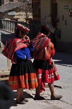 Trajes típicos em Ollantaytambo, no Valle Sagrado, perto de Cusco, no Peru