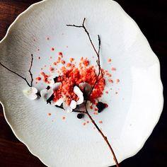 "4 ans de recherche pour accoucher de ce dessert magnifique. Une vraie estampe japonaise nous faisant penser au ""Sakura"" - Fraises et chocolat; It took 4 years to create this dessert. Good looking like ""Sakura"" - English strawberries with chocolate | Martyn Meid | Ink @inkrestaurant | London (UK) | Beloved By @hipsterfoodofficial #hipsterfoodofficial by hipsterfoodofficial"