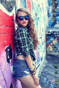 Teenager Photography, Teen Photography Poses, Teenage Girl Photography, Stylish Girls Photos, Girl Photos, Family Photos, Graffiti Girl, Urban Graffiti, Senior Portraits Girl