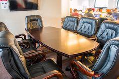 Wyposażenie sali stanowi osiem czarnych skórzanych foteli, elegancji drewniany stół oraz wysokiej klasy telewizor.