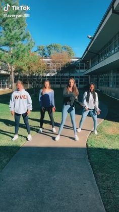 tiktok videolar bff I love this one. Dance Choreography Videos, Dance Music Videos, Funny Short Videos, Funny Video Memes, Dance Humor, Funny Dance, Mood Songs, Tic Tok, Best Friend Pictures