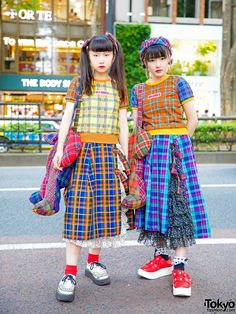 Harajuku Girls in Matching Plaid Street Styles by Japanese Fashion Brand HEIHEI Japanese Street Fashion, Tokyo Fashion, Harajuku Fashion, Kawaii Fashion, India Fashion, Fashion Fashion, Mode Harajuku, Harajuku Girls, Harajuku Japan