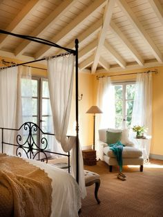 Dom w Hiszpanii z turkusowymi okiennicami