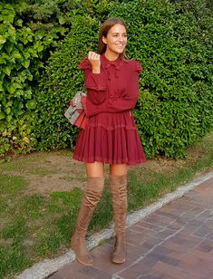 Tras la pista de Paula Echevarría. Burgundy ruffled long sleeved dress+pale brown over the knee boots+red and taupe printed Gucci Dionysus chain shoulder bag. Fall Outfit 2016