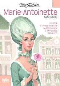 """Kathryn Lasky / 13 juin 1769. Oh mon Dieu, ça y est ! Elle est enfin là - la demande en mariage ! Les émissaires du roi Louis XV sont arrivés ce matin. J'ai tout de suite été appelée dans la maison d'été où maman travaille. J'ai à peine posé le pied dans la salle de réception en marbre que maman s'est précipitée vers moi. Elle m'a écrasée sur sa poitrine et m'a murmuré : """"Antonia, tu vas te marier ! Tu vas devenir reine de France !"""" Ses joues étaient toutes mouillées de larmes..."""