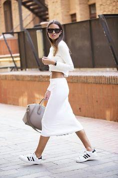Embala pra viagem: Combo fashion | Saia midi + tênis