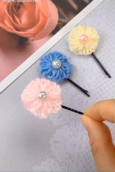 Diy Crafts For Gifts, Yarn Crafts, Fabric Crafts, Upcycled Crafts, Felt Crafts Diy, Pom Pom Crafts, Flower Crafts, Handmade Crafts, Diy Hair Bows