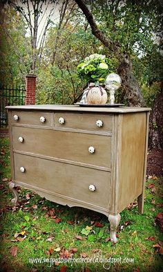 Chalk Paint® by Annie Sloan in French Linen