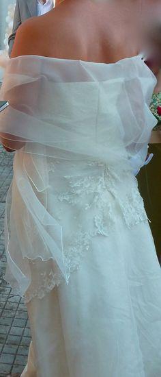 La robe de mariée est bustier et de forme trapèze, en ivoire avec ...