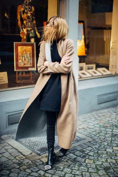 Maxi beige coat with skinny black jeans
