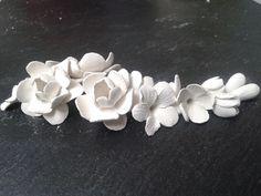 Flores de Porcelana de Manises antes de meterlas en el horno y esmaltar. Polymer Clay Flowers, Fimo Clay, Ceramic Flowers, Fondant Flowers, Cold Porcelain, Wedding Hairstyles, Projects To Try, Floral, Ornaments