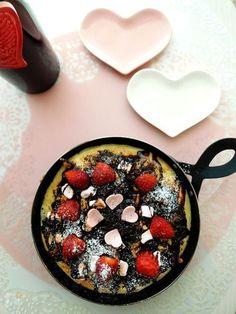 刻んだダークチョコレートとくるみ マシュマロをのせて焼いたチョコレートピッツァ。麺棒などを使わず手で伸ばしたので生地はふかふかパンピザのよう。いちごとハートチョコを飾ってバレンタイン風です。