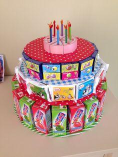 Traktatie taart; pakjes drinken, koekjes, rozijntjes/smarties en kaarsjes bovenop. Super leuk om te knutselen, bij als je kindje geen gluten mag, kan je zo toch een taart trakteren.