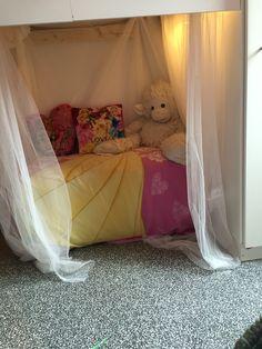 Een leeshoek gemaakt voor mijn dochter. Een speelgoed kist wat oude dekens en vitrage