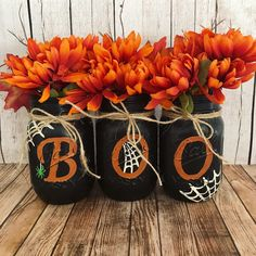 9 Festive Crafts for Halloween : Get your room ready for the Halloween season with these simple DIY crafts. Get your room ready for the Halloween season with these simple DIY crafts. Halloween Tisch, Table Halloween, Diy Halloween Dekoration, Halloween Season, Halloween House, Halloween Crafts, Halloween Centerpieces, Centerpiece Ideas, Diy Halloween Mason Jars