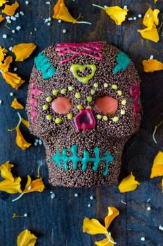 Vegan chocolate and amaranth skulls for the day of the dead with colorful royal icing, very easy to do, and are quite delicious! Yummy Vegan Snacks, Healthy Vegan Breakfast, Vegan Food, Vegan Potluck, Vegan Dinners, Vegan Mexican Recipes, Vegan Dessert Recipes, Potluck Recipes, Fruit Parfait