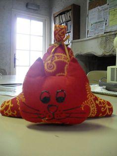 Toujours pour le marché de Noël voici un petit chat cale-porte inspiré d'un modèle sur internet voir le lien du tuto ci- dessous avec...
