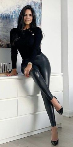 Sexy Outfits, Sexy Dresses, Cute Outfits, Fashion Outfits, Pantalon Vinyl, Classy Women, Sexy Women, Mädchen In Leggings, Women With Beautiful Legs