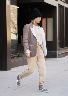 Hailey Baldwin wore these Vans sneakers which are nothing short of legendary and perfect mix to add to our everyday ensembles! Hailey Baldwin, Dakota Johnson, 90s Inspired Outfits, Beanie Outfit, Images Esthétiques, Vans Outfit, Trends, Autumn Winter Fashion, Winter Wear