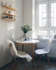 Becher K Scandi vibes! In this lovely dinette we like to start the day. A round table in the Nordic design, a cuddly coat, fresh [. Small Dining Area, Small Kitchen Tables, Home Room Design, House Design, Minimalist Dining Room, Dining Table Chairs, Living Spaces, Sweet Home, Room Decor