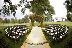 What a neat seating arrangement!! Imagine all the different angles of photos from guests!!