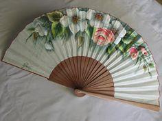Abanico pericon de madera, pintado por la parte delantera elegante ramo de flores. medida: 27 cmt. Precio: 42 euros