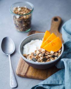 Máme radi ovocie a máme radi čaj. Preto sme sa rozhodli spojiť voňavú sladkokyslú broskyňu s jemne horkastým zeleným čajom. Spojenie, ktoré jednoducho funguje. A keďže sú nám známe benefity tekvicových a slnečnicových semien, prečo ich nepridať. Ručná výroba. Sladené medom. Bez umelých farbív. Bez konzervantov. Bez umelej arómy. Dostupné aj ako bezlepková. Slovenský produkt. Granola, Yogurt, Cereal, Breakfast, Food, Morning Coffee, Essen, Meals, Yemek