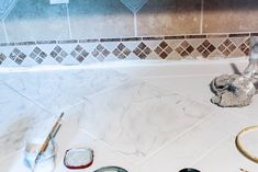 how to paint kitchen counter tops to look like marble. This is a DIY that is perfect for tile or laminate countertops. Laminate Countertops, Stone Countertops, Kitchen Countertops, Painting Kitchen Counters, Kitchen Paint, Light Gray Paint, Grey Paint, Diy Cans, Easy Projects