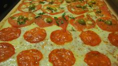 Pizzas Rectangulares de Mozzarella y Jamón, de Salami y Hawaiana para el Cumpleaños de tus Hijos. Rinden 18 porciones o 24 porciones cuadradas ideal para los peques y para Botana. Te ofrecemos la opción de prepararte estas Pizzas Sin Gluten para Fiestas Infantiles: