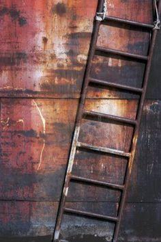 diagonale compositie. De ladder staat diagonaal in het beeld. Ik vind het mooie aan de afbeelding dat de ladder in de kleur van de achtergrond is en dat het erin doorloopt