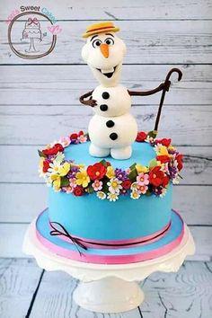 Se a aniversariante da Festa Infantil Frozen é apaixonada pelo boneco de neve Olaf, ela vai amar essa inspiração de bolo. Ficou lindo, alegre e com a cara do verão, paixão desse personagem super simpático. Créditos da imagem na foto.