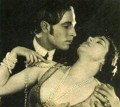 """Rodolfo Valentino y Nita Naldi en """"Sangre y Arena"""" (Blood and Sand), 1921"""