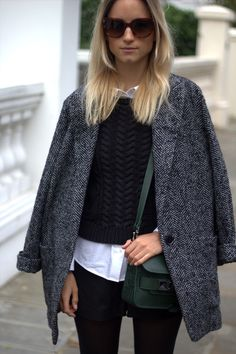 chemise blanche + pull maille + caban