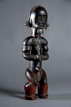 FIGURE DE RELIQUAIRE EYEMA O BYERI. FANG/ N'GUMBA. SUD OUEST DU CAMEROUN. Cette figure de reliquaire appartient à un corpus restreint d'œuvres anciennes provenant des Fang/ N'gumba au Sud Ouest du Cameroun.  READ note