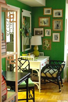 DIY Chinoiserie Etegere I love this color. Maybe for my walk in closet. Green Rooms, Bedroom Green, Bedroom Wall, Green Walls, Chinoiserie Wallpaper, Chinoiserie Chic, Interior Exterior, Interior Design, Tropical Interior