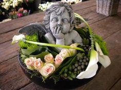 graf bloemstukken zelf maken - Funeral Flower Arrangements, Funeral Flowers, Cemetery Flowers, Sympathy Flowers, Growing Roses, Black Flowers, Flower Centerpieces, Calla Lily, Ikebana