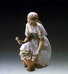LLADRO - GIRL WITH TULIPS
