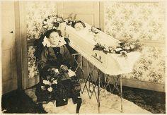 Sisters. South Bethlehem, PA, c.1910. Victorian Photos, Victorian Era, Vintage Photos, Vintage Items, Louis Daguerre, Memento Mori, Creepy Old Photos, Post Mortem Photography, Present Day