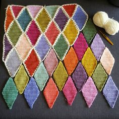 I've been working lately on something new… a harlequin blanket (or diamonds blanket) but I must warn you it is totally addictive… This blanket is for my cousin's baby girl d…