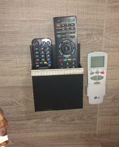 Organizando os controles remotos. Porta controle remoto de parede feito com papelão e papel adesivo preto. #organização #casa #portacontroleremoto #reciclagem #artesanato